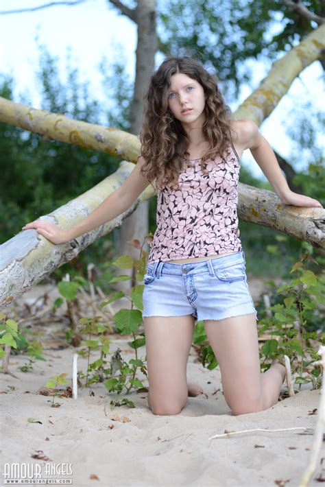 Gorgeous Teen Honey Stripping And Posing In The Nude With Lucky Aborigine On The Seaside