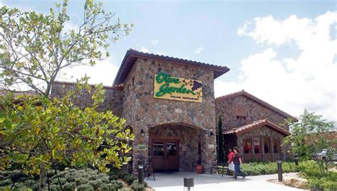 Olive Garden Lubbock Tx by Olive Garden Longhorn Workers Sue Company News