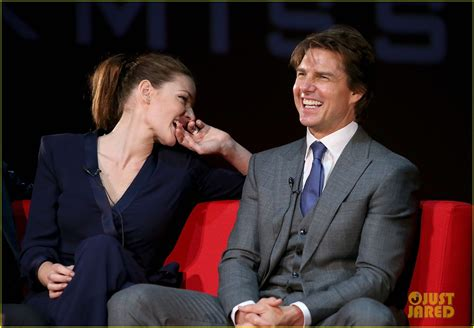 Tom Cruise Pulls Off A Stunt At Rogue Nation Uk Premiere