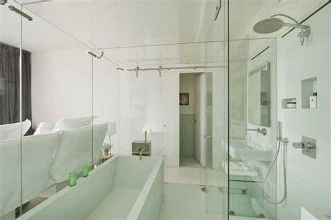 une salle de bains dans un bo 238 te en verre
