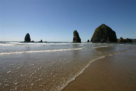 haystack rock cannon beach , oregon