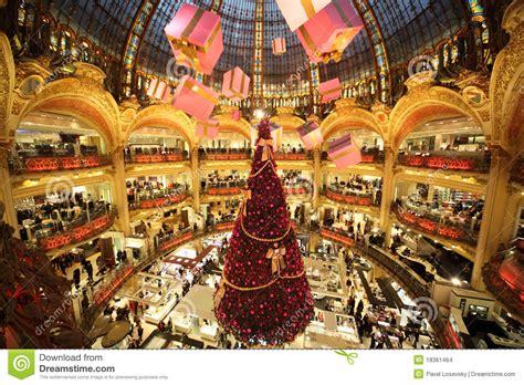 si e social galeries lafayette l 39 albero di natale a galeries lafayette immagine stock