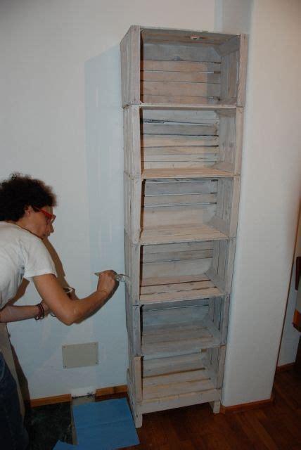 libreria con cassette di legno costruire una libreria con cassette della frutta il