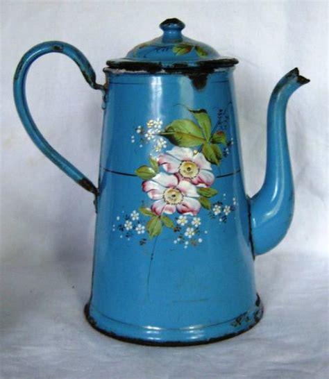 objet design cuisine cafetière ancienne en tôle émaillée bleue à décor de