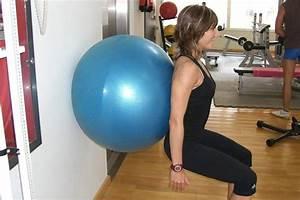 Cómo hacer sentadillas con fitball o pelota suiza