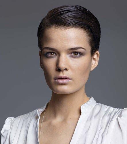 Coiffure coupe courte lisse - Femme cheveux tru00e8s courts sur Coupe2cheveux.com