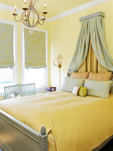 The overall room is simple and there isn't much. 30 Beautiful Yellow Bedroom Design Ideas - Decoration Love