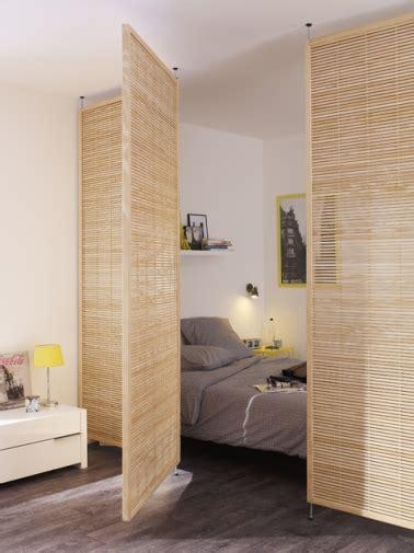 Une cloison pivotante en bois pour séparer le coin chambre