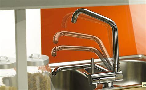 evier  robinet du nouveau dans la cuisine