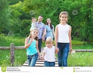 Familie Mit Drei Kindern : gl ckliche junge familie mit vier kindern stockbild bild ~ A.2002-acura-tl-radio.info Haus und Dekorationen
