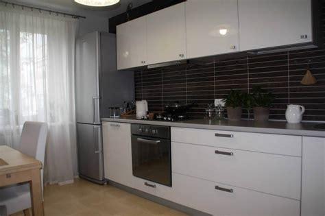 Дизайн прямой белой кухни ЗОВ 10 квм (8 фото
