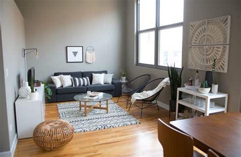 salon canapa noir daco bois salon gris et blanc décoration d 39 intérieur clem