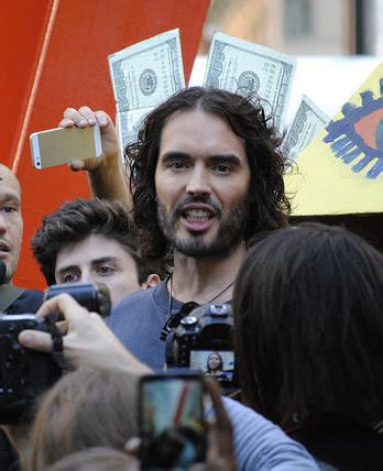 russell brand jimmy fallon russell brand sings west ham songs on jimmy fallon show