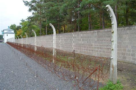 Mauer Mit Zaun by Mauer Und Zaun Des Lagers Die Weltenbummler