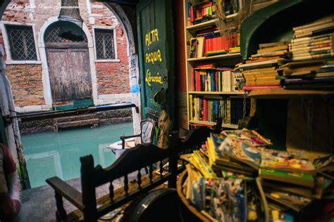 librerie a venezia la libreria alta acqua a venezia walking on earth