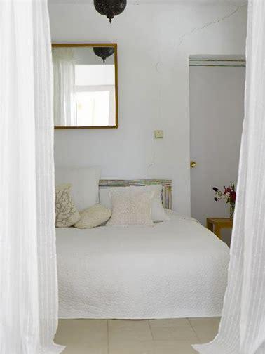 chambre blanche et beige et lumineuse