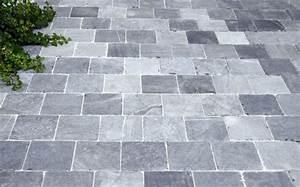 bleu vietnamien dalles de terrasse en pierre naturelle With allee de jardin en pierre 3 pierre bleue vietnamienne tambourinee
