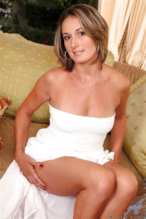 Over 40 Milf Misty Law Getting Naked For Outdoor