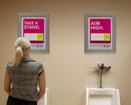 donne in bagno a fare pipi anche le donne possono fare la pip 236 in piedi