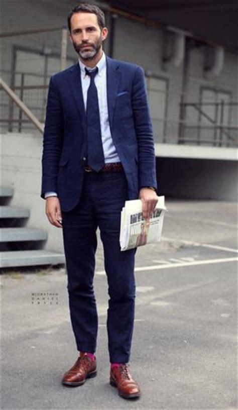 costume bleu chaussure marron costume bleu marine chaussures marrons et chaussettes roses un assemblage de couleurs r 233 ussi
