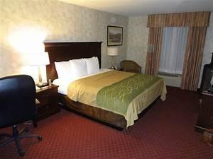 Hotel bedroom picture of comfort inn suites walla for Comfort inn bedding