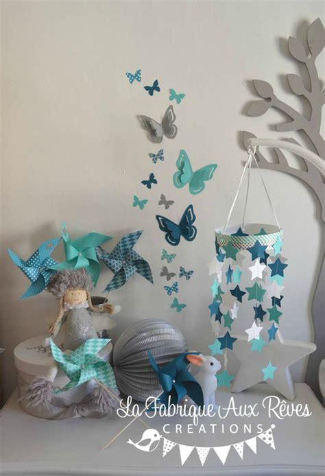chambre bébé bleu turquoise décoration chambre bébé étoiles moulins à vent papillons