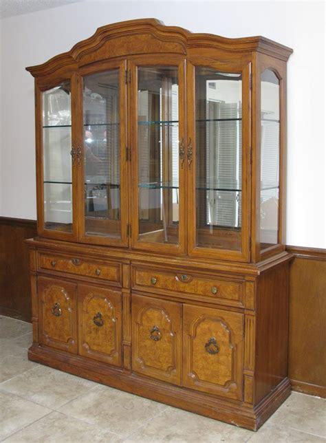 222 thomasville china or curio display cabinet lot 222