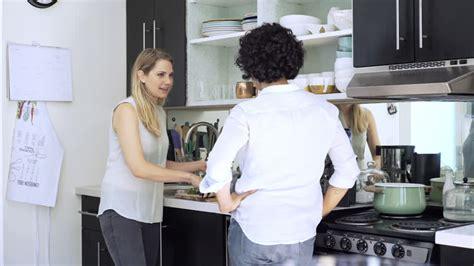 lesbienne en cuisine epouse parler los angeles 4k stock 867 595 067 framepool rightsmith stock footage