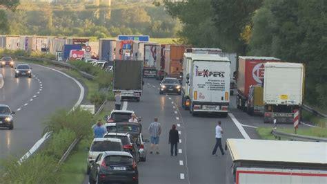 A10 Geisterfahrer Blockieren Rettungsgasse by A10 In Brandenburg Autos Fahren Zwei Kilometer Als