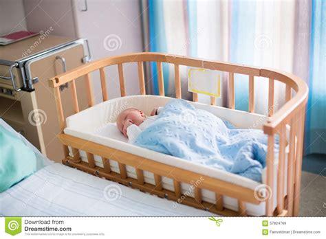 d co chambre b b gar on bébé garçon nouveau né dans le berceau d 39 hôpital photo