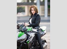 Elly Trần thả dáng đầy gợi cảm bên cạnh bộ đôi xe mô tô