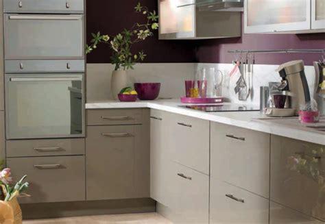 meuble cuisine couleur taupe cuisine taupe et blanc cuisine en mlamin blanc avec