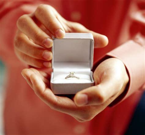 Кольцо из белого золота на помолвку.