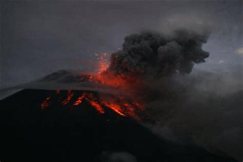 Dabei leeren sich auf mehr oder weniger zerstörerische weise die magmakammer(n) eines vulkans oder magma steigt durch spalten und bruchstellen mehr oder weniger direkt aus dem erdmantel auf. Vulkanausbruch auf Island (Seite 45) - Allmystery