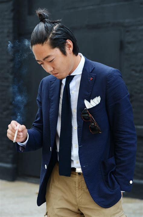 ¿Qué corbata le va mejor a un traje con saco azul marino y