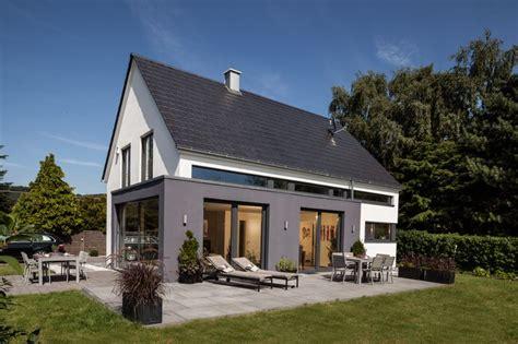 Satteldach Anbau Modernisiertes Satteldach Haus Mit Anbau Von