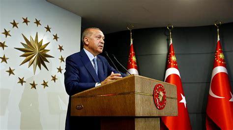 La colère grandissante d'une partie de la jeunesse qui prend progressivement ses distances avec recep tayyip erdogan. En Turquie, Erdogan revendique la victoire à la ...