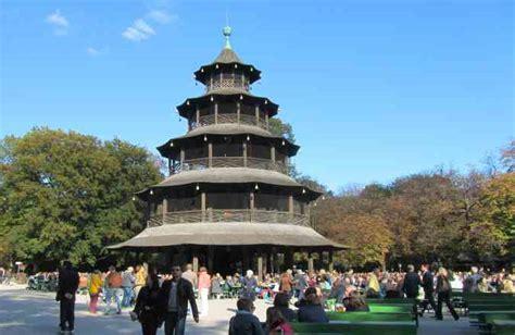 Biergarten Englischer Garten Anfahrt by Biergarten Chinesischer Turm Einheimische Touristen