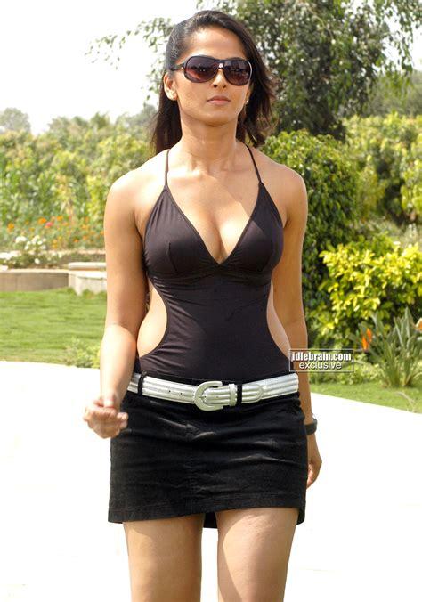 KOLLYWOOD MIRCHI Anushka Shetty Swimsuit Boob Show From
