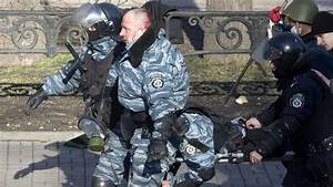 Mob lacerated captured police officer in Kiev — RT News