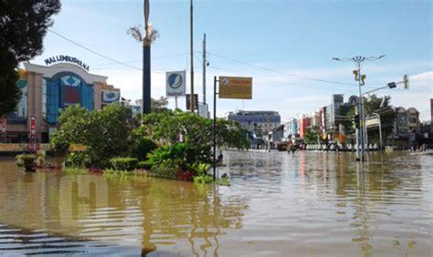 banjir samarinda masjid tergenang jalan utama kota tertutup air