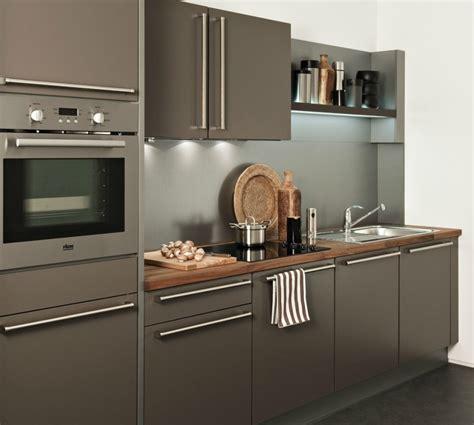 cuisine grise plan de travail bois cuisine caramel avec une hotte tiroir darty photo 9 20