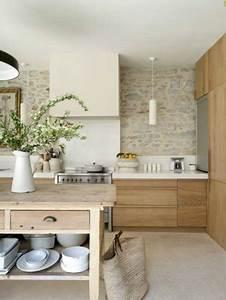 une cuisine en bois avec un ilot et mur en pierre With cuisine avec mur en pierre