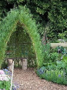 How to design a family garden kid friendly garden ideas for Designer gardens landscaping