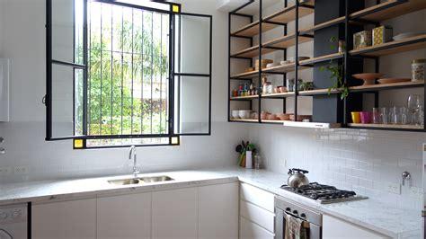 cocina  piso de madera mesada de carrara muebles