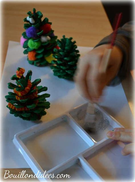 bricolage enfant noel decorer des pommes de pin idees
