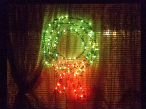 christmas wreath lights in window picture free