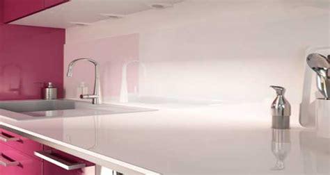beton cire sur carrelage de cuisine crédence verre ou inox 13 modèles déco pour la cuisine