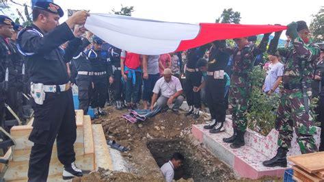 brimob korban penembakan  papua dimakamkan  samping