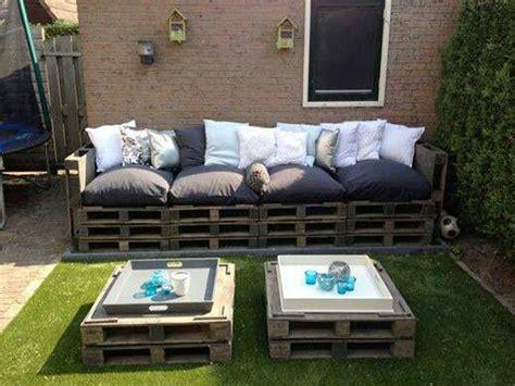 canapé avec des palettes faire un salon de jardin en palette deco cool